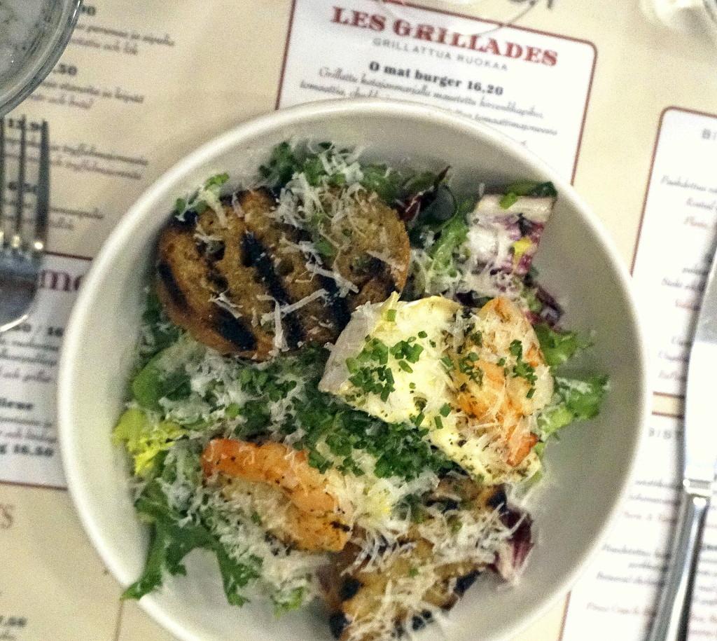 Bistro O'matin suosittu vuohenjuusto-jättikatkarapu salaatti