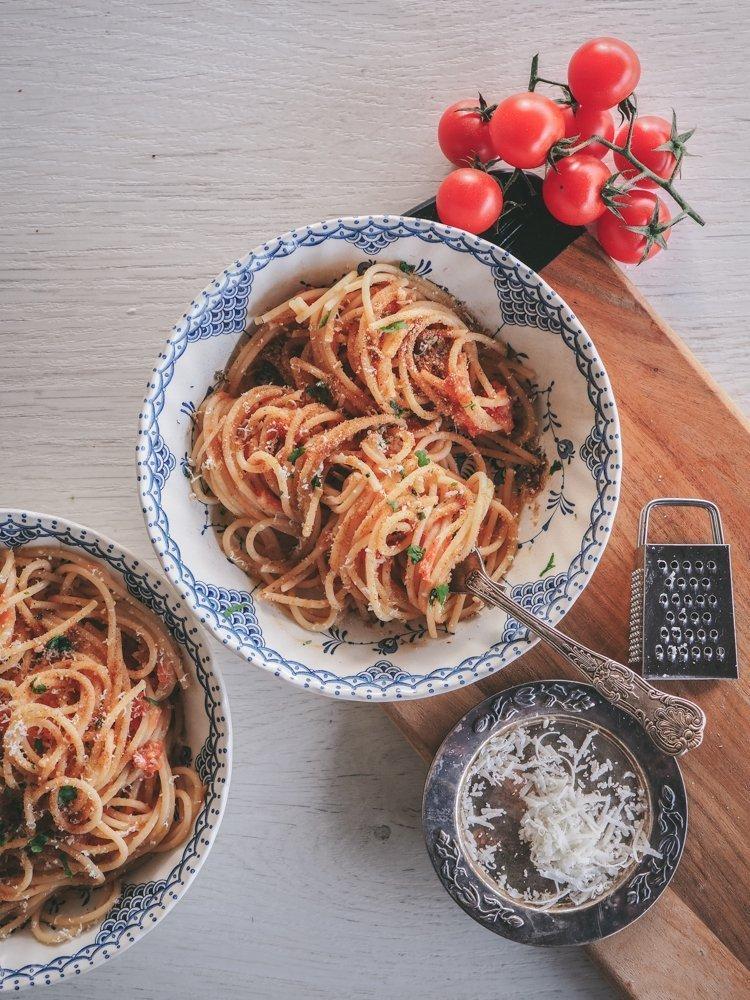 tomaatti-anjovispasta